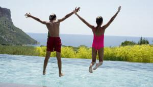Remplir sa piscine et traiter l'eau : combien ça coûte par an ?